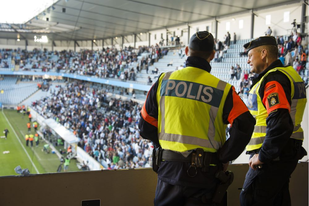 Supporterpoliser på fotbollsmatch.