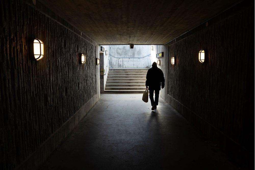 Bild på person i tunnel.